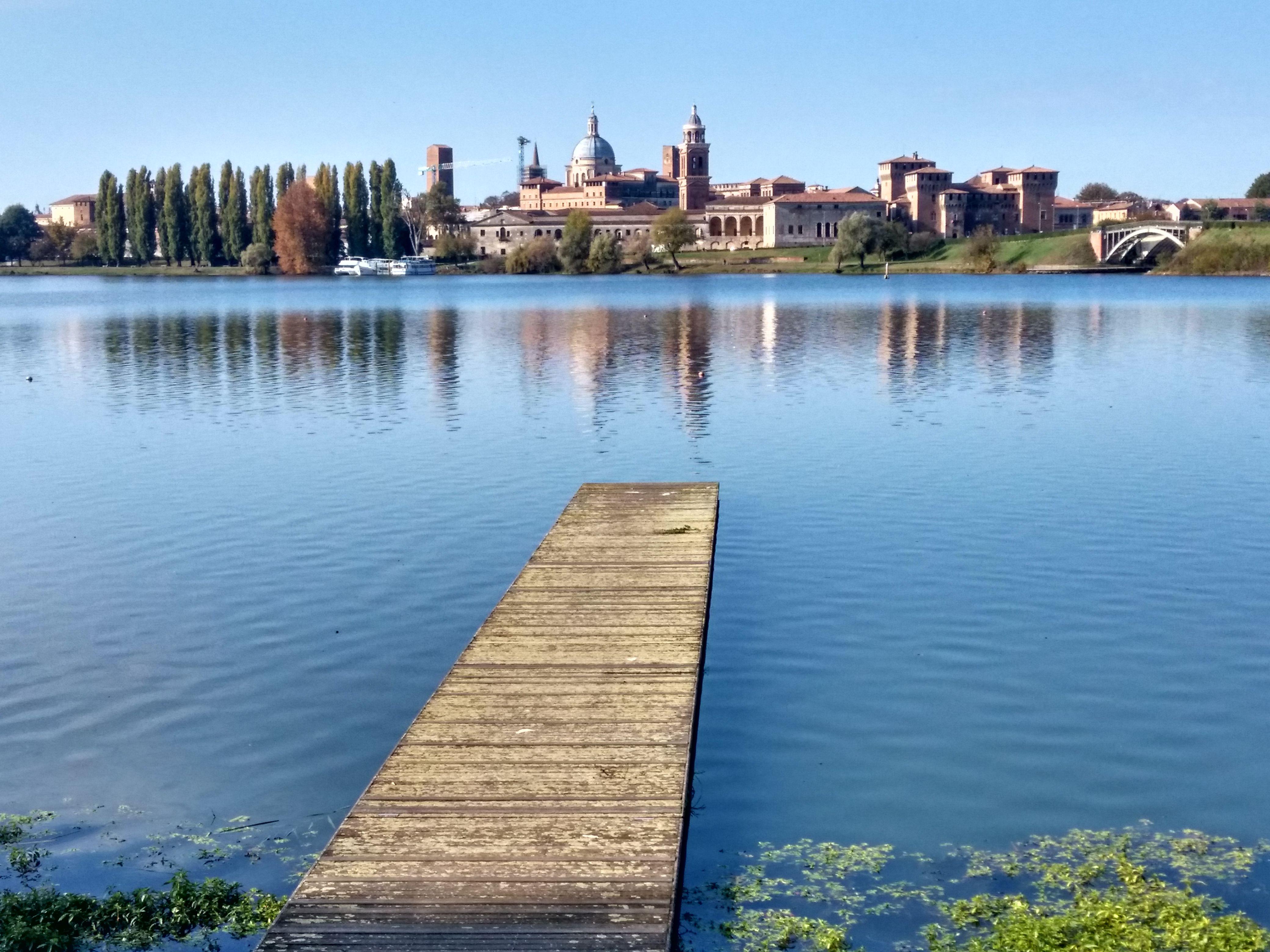 Vista della città di Mantova dalla sponda del Lago di Mezzo