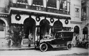 Francesco Ferdinando mentre arriva all'Hotel Bosna. L'auto è la stessa sulla quale venne assassinato tre giorni più tardi