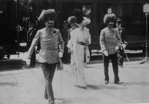 Domenica, 28 giugno 1914 — il giorno programmato per la visita ufficiale a Sarajevo della coppia reale. Alle 9.50 scendono dal treno speciale da Ilidza fino alla Stazione di Sarajevo. Sulla destra, il generale Oskar Potiorek, il Governatore austriaco della Bosnia-Erzegovina