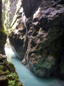 Le pareti verticali sotto cui scorre la Tolminka