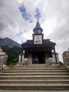 Javorca - La chiesa di Santo Spirito dalla scalinata principale