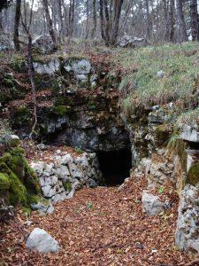 Caverna sulla salita da Vratca