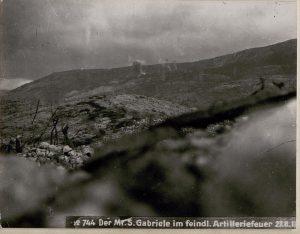 il monte San Gabriele sotto il fuoco dell'artiglieria