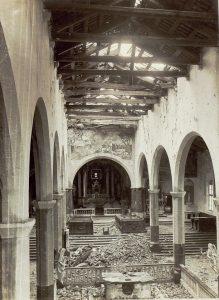Le navate della chiesa bombardata