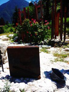 Un elmo e uno scudo a terra tra i sassi dell'Isonzo