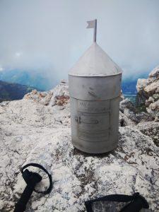 la miniatura del Aljažev stolp - libro di vetta sul Vrh na Peski