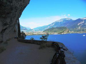 Lungo il sentiero del Ponale con vista su Riva del Garda