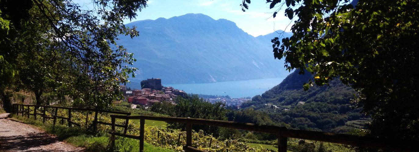 La rocca di Tenno e il Lago di Garda