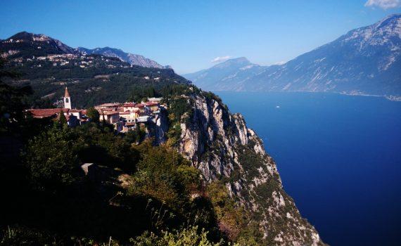 Pieve di Tremosine a strapiombo sul Lago di Garda