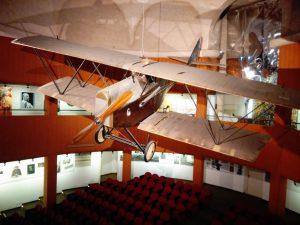 L'aereo S.V.A. appeso nell'auditorium del Vittoriale