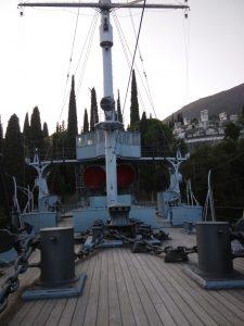 La nave Puglia e a destra in alto il Mausoleo Tomba di d'Annunzio