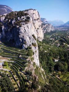 La catena di rocce che sovrasta la valle del Sarca