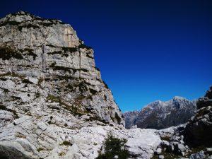 La parete a strapiombo del Monte Bila Pec nei pressi del Gilberti
