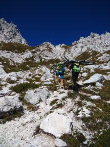 Bici in spalla verso Sella Bila Pec per due amanti del downhill estremo