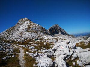 Il bivacco Marussich sotto Il Picco di Grubia e il Monte Sart
