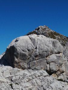 Erosione carsica su un masso davanti al Monte Bila Pec