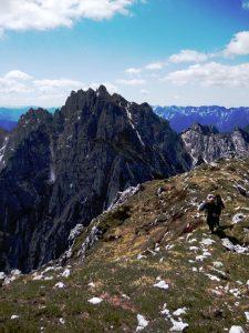 La salita al Monte Chiavals, con vista sul Zuc del Bor e Cozzarel