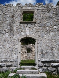 Particolare porta di ingresso