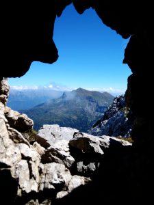 Le montagne austriache da una postazione per cannone sul Zermula