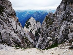 I dirupi che precipitano verso Val Dogna