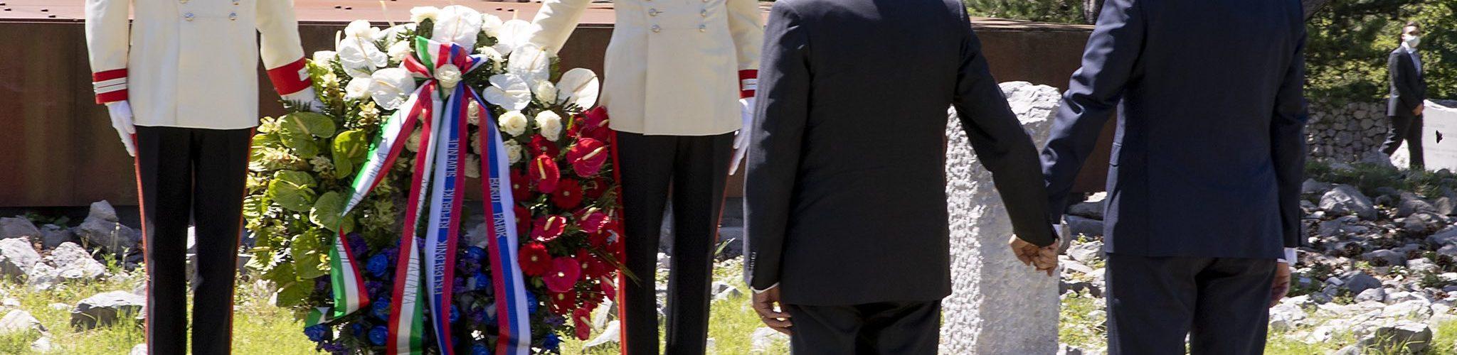 Sergio Mattarella e Borut Pahor davanti al Monumento Nazionale dei Martiri delle Foibe a Basovizza