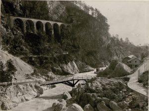 Strada vicino a Dogna con ponte fatto saltare in aria